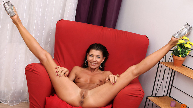 Mature mom loves to show