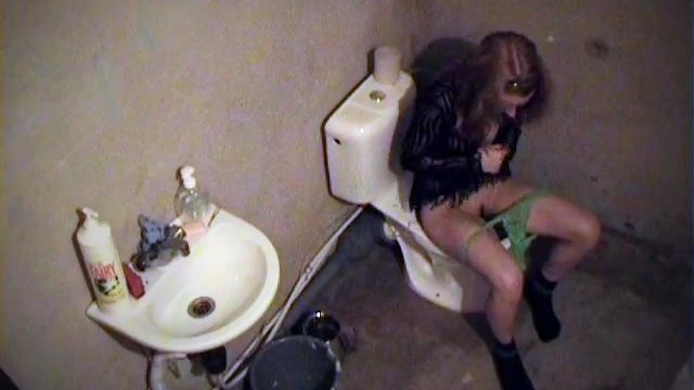 Spy video with chick's ecstasy on toilet