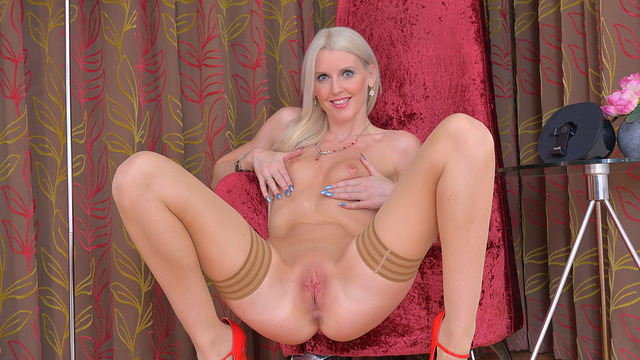 Tall blonde milf Lexi Lou