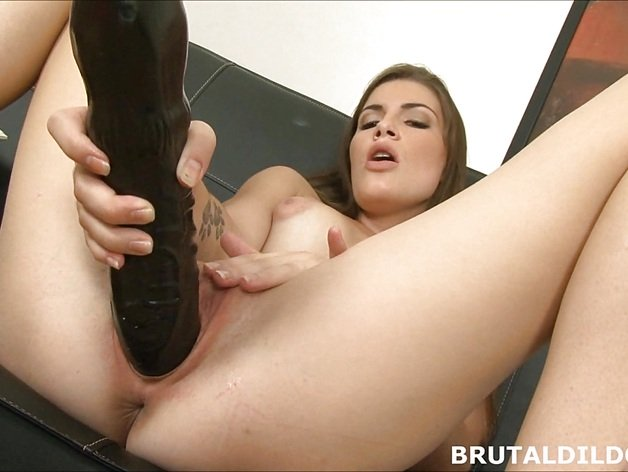 Amateur brunette Ennie moans and fucks big black toy